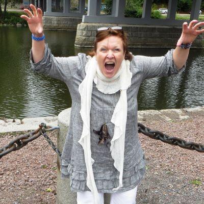 """Stella Jonasson som """"shaman"""" vid Borgå å"""