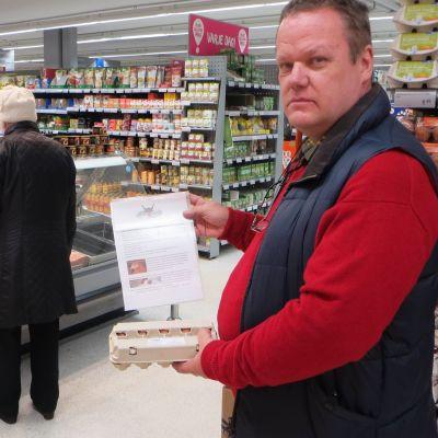 Gustav Söderström håller i en förpackning närproducerade östnyländska ägg