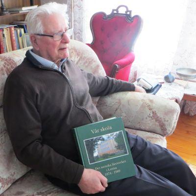 """Lovisabon och fd rektorn Stig Andersson, med starka rötter på Pellinge, har skrivit matrikeln """"Det svenska läroverket i Lovisa"""" och nu skriver han en Pellinge-matrikel"""