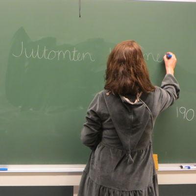 Lärare som skriver på tavlan
