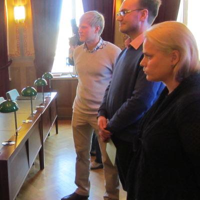 Borgålärararna överraskade stadsfullmäktige med chokladkyssar och inbjudan till  valdebatt i mars.