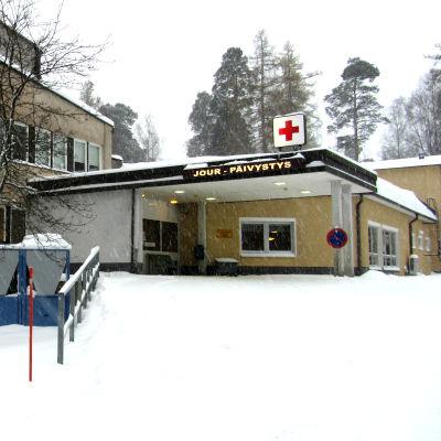Ett sjukhus med en jourmottagning i ett snöigt vinterlandskap.