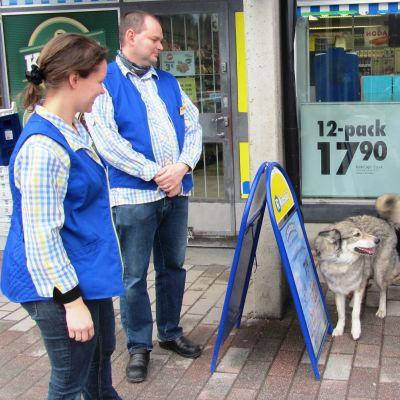 Kioskägarna Anne och Christian Andersson i Sibbo träffar en kund och hennes två hundar.