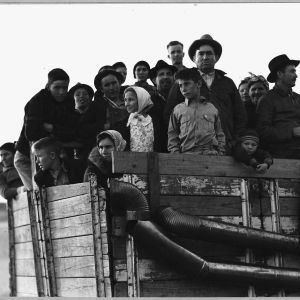 Siirtolaisia kuorma-auton lavalla 30-luvun laman aikaisessa Amerikassa