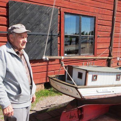 Bo-Gunnar Blomqvist utanför Lovisa sjöfartsmuseum vid miniatyrgaleasen Karl