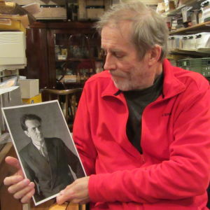 Eddie Bruce med porträtt av Lovisafotografen Aatos Åkerblom