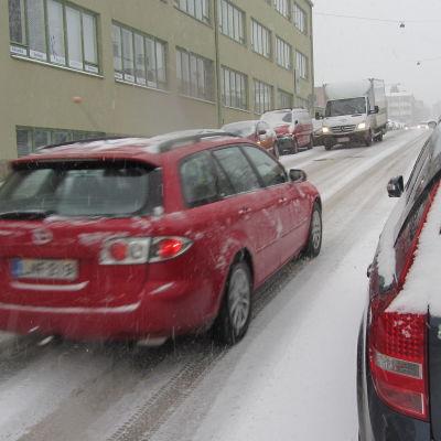 Bil uppför snöhal gata