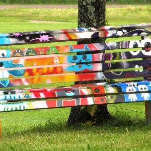 Ett gäng Lovisaungdomar har målat en av bänkarna i Strandparken