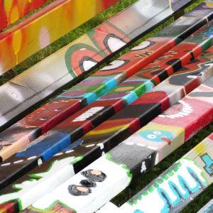 Ungdomarnas bänk har gjorts med graffititeknik