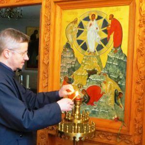 Pastor Mikael Sundkvist tänder ljus i Borgå ortodoxa kyrka