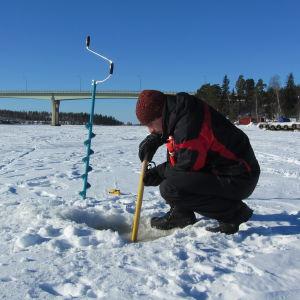 Isforskaren Patrick Eriksson vid Emsalö bron.