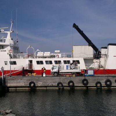 M/S Eivor vid förbindelsebåtsbryggan i Utö.
