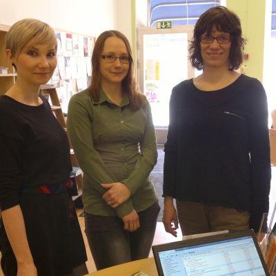Laura Grönroos, Alexandra Axén och Camilla Wide på Luckan i Åbo samtalar med Hedda Mether.