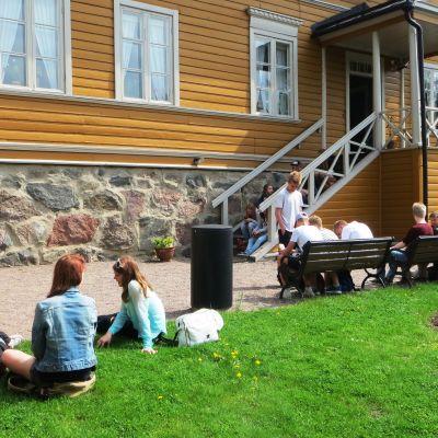 Elever från Tammerfors utanför Runebergs hem i Borgå