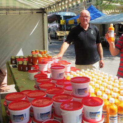 Sture och Peter Vistbacka säljer havtornsprodukter på vårmarknaden i Borgå