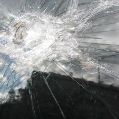 (Pälsföretagare Turkishuolto Valtonen) Sönderslaget fönster i Helsingfors