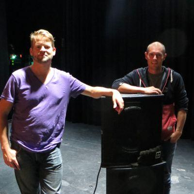 Två musiker på en scen