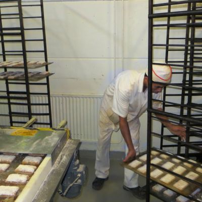Plåtar med matbröd i Henrikssons bageri i Borgå