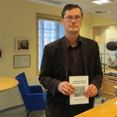 """Martin Andersson med sin bok """"Inbördeskrigets händelser i Sibbo"""""""