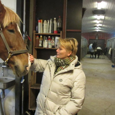 Johanna Wasström med stoet Mambu i Broby stall.
