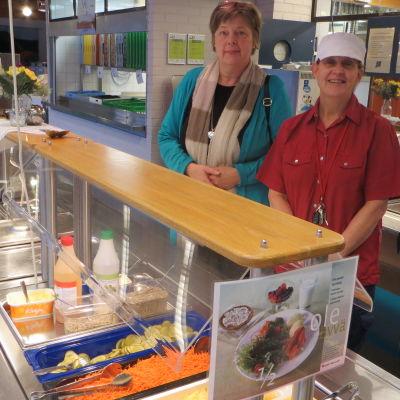 Marianne Putus, servicechef för kostproduktionen i Sibbo och Christina Lönnholm, bespisningsförman i Söderkulla skola