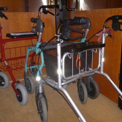 Parkinsonparkering. Med dagens mediciner kan rollatorn ofta lämnas parkerad.