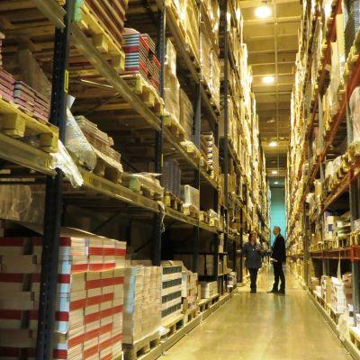 Stor lagerhall full med böcker