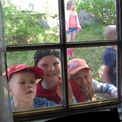 Barn på Postbacken