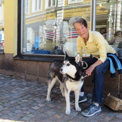 Barbara Helsingius med sin hund Nala