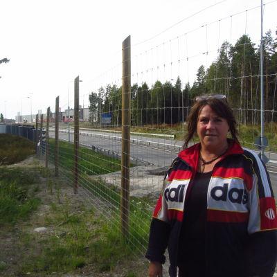Anne-Maj Pellas störs av trafiken vid Smedsby omfartsväg