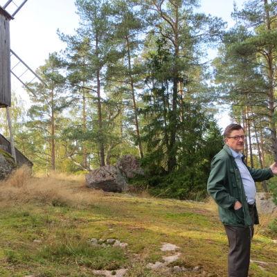 Johan Ståhl vid kvarnen på Hembygdsmuseet Gamla Hinkaböle gård i Pyttis, Mogenpört blickar ut över Hinkaböleviken