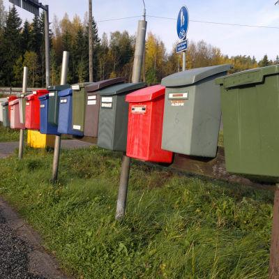 En rad med postlådor