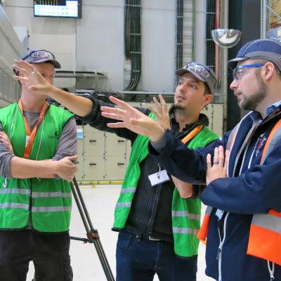 Timothy Clarkson och Mat Stimpson från produktionsbolaget Windfall Films, samt Kaj Forsström, bildansvarig på Wärtsilä.