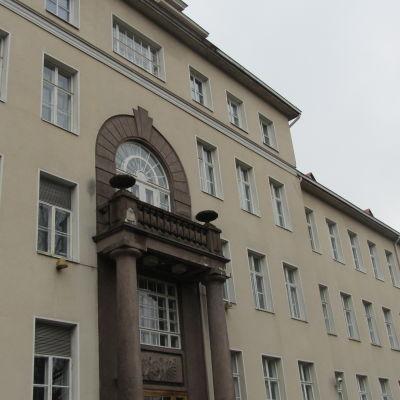 Ett ljusbeige stenhus. Det är huvudbyggnaden på Ekåsenområdet i Ekenäs.