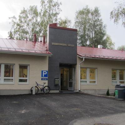 En gul skola i Lojo där de svenska barnen går i skola.