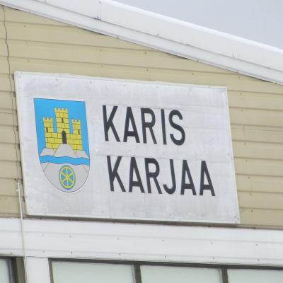 Karis vapen finns på bollhallens yttre vägg i Karis.
