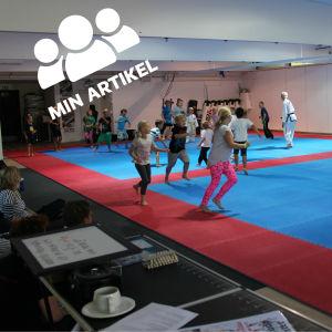Barn tränar kampsport.