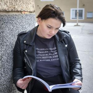 Jessica Kaatila lukee koulukirjaa.
