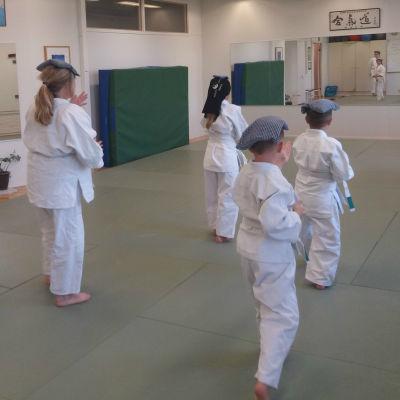 Juniorerna tränar god hållning med ärtpåsar på huvudet.