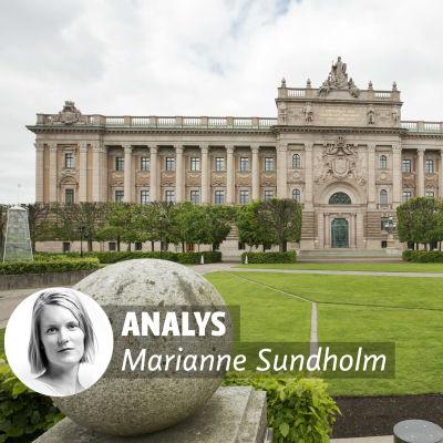 En stor pompös byggnad med en gräsmatta framför. På bilden finns ett litet foto av en kvinna och bredvid texten Analys Marianne Sundholm.