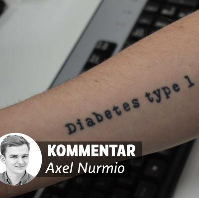 En arm med tatueringen Diabetes type 1 på och dessutom på bilden en liten porträttbild med texten kommentar Axel Nurmio bredvid.