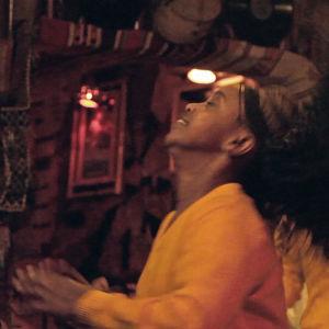 Etiopialainen nainen tanssii.