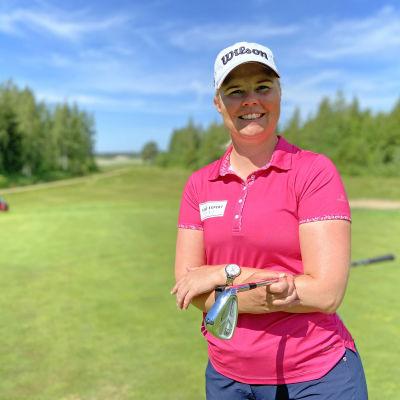 Ammattigolfari Leena Makkonen golfkentällä.