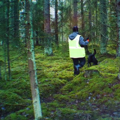 Jenni Kukkonen ja Bonita-koira etsivät kadonnutta maastosta