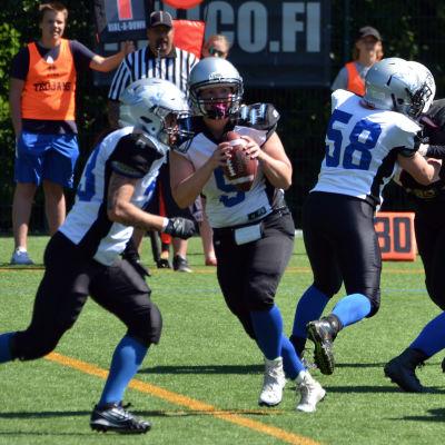 En spelare springer med bollen i handen.