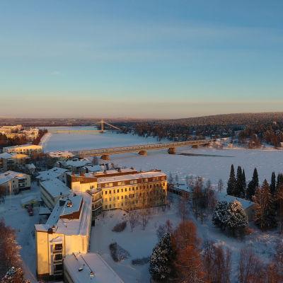 Rovaniemen keskustaa ja Kemijokea lintuperspektiivistä talvella