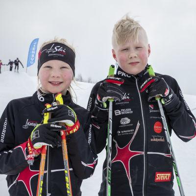 Hilma ja Toivo Parkkinen Joensuun Kataja Ski teamin hiihtopuvuissa.
