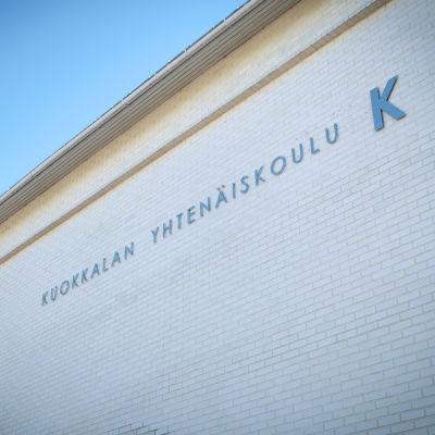 Kuokkalan yhtenäiskoulu -nimi koulun seinässä.