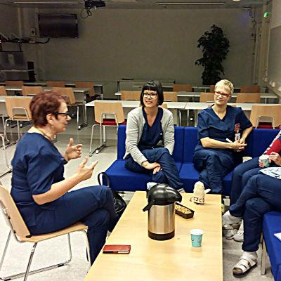 Helena Dahlström avslöjar hemligheter för Saara Meronen, Hilkka Palosaari, Pauliina Nieminen och Elina Lauas.