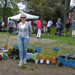 Brigitta Sirén-Mitts säljer på plantloppis.
